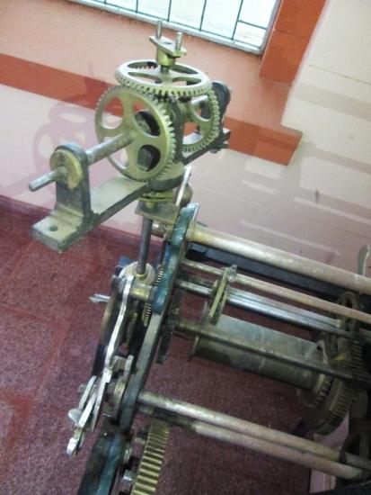 Parte del mecanismo del antiguo reloj de la iglesia. Ahora se muestra en la entrada, porque desde hace unos años el verdadero reloj es digital.