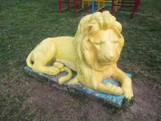 En la plaza, el león cuida los juegos infantiles